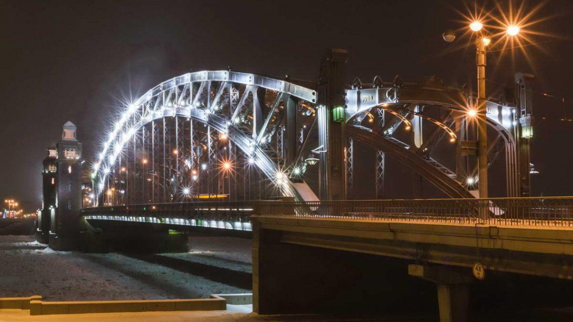 Освещение и декоративная подсветка петербургских мостов